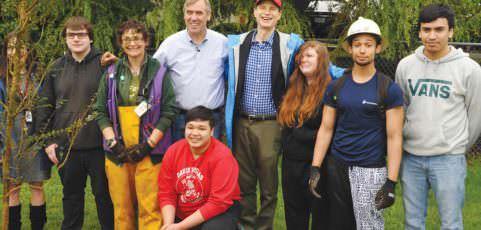 Oregon solons hug trees on Earth Day